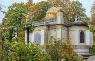 Германия. Бавария. Замок Линдерхоф. Moorish Kiosk emerging from the forest in the park around Linderhof Palace. Фото V-Perdaen-Guido - Depositphotos