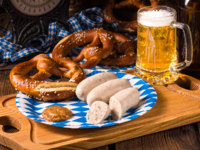 Клуб Павла Аксенова. Германия. Бавария. Фестиваль пива Октоберфест. Bavarian sausage with pretzel and beer. Фото dar19.30 - Depositphotos