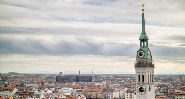 Германия. Мюнхен. View overlooking the town of Munich with a tower of the famous St. Peter's Church in the foreground. Фото artjazz - Depositphotos