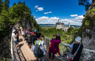 Клуб Павла Аксенова. Германия. Бавария. Замок Нойшванштайн. Viewing point on the bridge Neuschwanstein Castle. Фото cookelma-Depositphotos