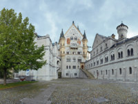Германия. Бавария. Замок Нойшванштайн. Courtyard view of Neuschwanstein Castle in Bavaria. Фото markovskiy-Depositphotos
