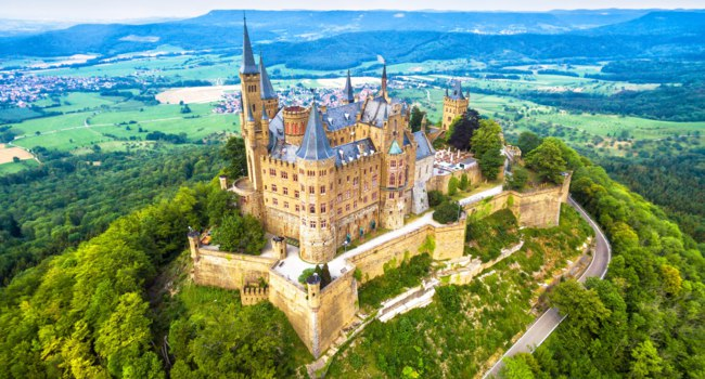 Германия. Баден-Вюртемберг. Замок Гогенцоллерн. Hohenzollern Castle on mountain. This castle is a famous landmark in Stuttgart vicinity. Фото scaliger-Deposit