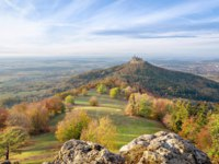 Германия. Zoller Mountain - an isolated promontory of the Swabian Jura wherehilltop Hohenzollern Castle, Baden-Wurttemberg, Germany. Фото bbsferrari-Deposit