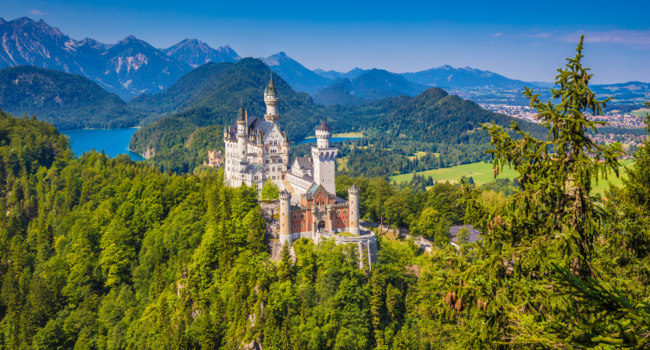Германия. Бавария. Famous Neuschwanstein Castle with scenic mountain landscape near Fussen, Bavaria, Germany. Фото pandionhiatus3 - Depositphotos
