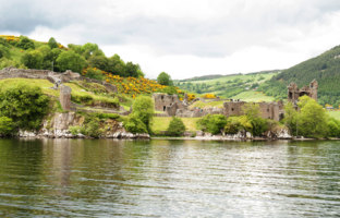 Клуб путешествий Павла Аксенова. Великобритания. Долина Глен-Мор. Urquhart Castle along Loch Ness lake. Фото rodrigobellizzi - Depositphotos