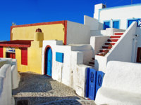 Клуб путешествий Павла Аксенова. Греция. Остров Санторини. Colored streets of cyclades islands. Фото Maugli - Depositphotos