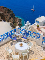 Клуб путешествий Павла Аксенова. Греция. Остров Санторини. Magic terrace in Santorini. Фото Aleksandrs Kosarevs Depositphotos