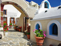 Клуб путешествий Павла Аксенова. Греция. Остров Санторини. Pretty courtyards of Santorini. Фото Maugli - Depositphotos