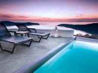 Клуб путешествий Павла Аксенова. Греция. Остров Санторини. Pool overlooking beautiful Santorini cliffs. Фото Ben Goode - Depositphotos