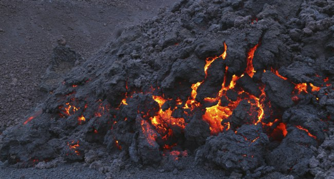 Glowing molten volcanic rock of Eyjafjallajokull Fimmvorduhals Iceland. Фото londondeposit - Depositphotos