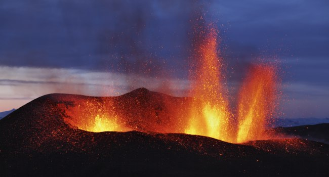 Molten lava flowing from Eyjafjallajokull Fimmvorduhals Iceland. Фото londondeposit - Depositphotos