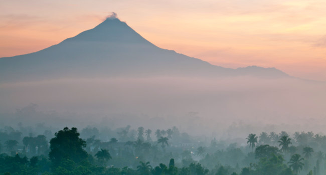Клуб путешествий Павла Аксенова. Чудеса света. Индонезия. Прамбанан. Panorama of Mount Merapi. Фото vichie81 - Depositphotos