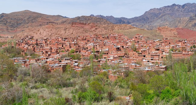 Иран. Деревня Абьяни. Abyaneh is one of the oldest villages in Iran. It is known to have existed 2,500 years ago. Фото anujakjaimook-Depositphotos