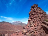 Иран. Древняя крепость у деревни Абьяни. Sasanid era ruins on hills above Abyaneh-one of the oldest villages in Iran. Фото fotokon-Depositphotos