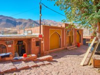 Иран. Деревня Абьяни. The red adobe buildings of the village with a view on Karkas mountains on the background in Abyaneh. Фото efesenko-Depositphotos