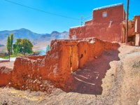 Иран. Деревня Абьяни. The hilly streets of Abyaneh open the view on the Karkas mountains, surrounding the red village, Iran. Фото efesenko-Depositphotos