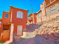 Иран. Деревня Абьяни. Walk the hilly streets of Abyaneh among historic red-ochre houses of oldest Iranian village. Фото efesenko-Depositphotos