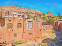 Иран. Деревня Абьяни. The slope of Karkas mountain with rocky peak and reddish adobe houses of historic Abyaneh village, Iran. Фото efesenko-Depositphotos