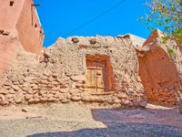 Иран. Деревня Абьяни. The small stone house in Abyaneh village, built of local stone and covered with reddish clay, Iran. Фото efesenko-Depositphotos