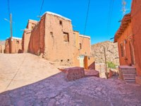 Иран. Деревня Абьяни. The medieval stone street branches into different directions with a view on the old adobe edifices in the middle, Abyaneh, Iran. Фото efesenko-D