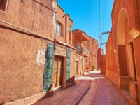 Иран. Деревня Walk the narrow curved street of the ancient red-ochre village of Abyaneh-the famous tourist object, located adjacent to Kashan, Iran. Фото efesenko-D