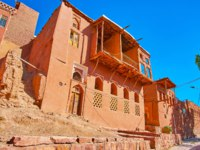 Иран. Деревня Абьяни. Enjoy the lazy walk along the old street of Abyaneh village, lined with traditional red-ochre edifices, Iran. Фото efesenko-Depositphotos