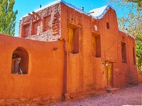 Иран. Деревня Абьяни. The medieval residential house with tall adobe fence, hiding the garden, Abyaneh, Iran. Фото efesenko-Depositphotos