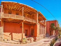 Иран. Деревня Абьяни. Panorama of the village street with old red adobe house, decorated with carved wooden elements, Abyaneh, Iran. Фото efesenko-Deposit