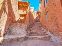 Иран. Деревня Абьяни. The old stone staircase in hilly backstreet between the red-ochre houses of historic Abyaneh village, Iran. Фото efesenko-Depositphotos