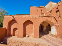 Иран. Деревня Абьяни. Exterior of the ancient Harpak Fire Temple, located in historic red adobe village of Abyaneh, Iran. Фото efesenko-Depositphotos