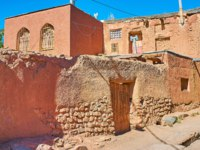 Иран. Деревня Абьяни. The medieval living house with modern extension and old stone-adobe fence, Abyaneh, Iran. Фото efesenko-Depositphotos