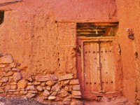 Иран. Деревня Абьяни. The old house wall, built partly of stone and earthen brick and covered with reddish adobe, Abyaneh, Iran. Фото efesenko-Depositphotos