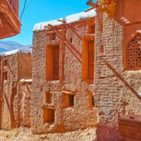Иран. Деревня Абьяни. The line of bright red-ochre houses, traditional for Abyaneh mountain village and preserved since olden days, Iran. Фото efesenko-Deposit