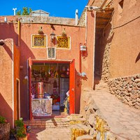 Иран. Деревня Абьяни. The small food shop is located in old red adobe house and boasts small outdoor terrace for tourists in Abyaneh. Фото efesenko-Depositphotos