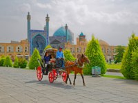 Иран. Исфахан. Площадь Накш-э Джахан (Площадь Имама). Isfahan Imam Square carriage. Фото dbajurin - Depositphotos