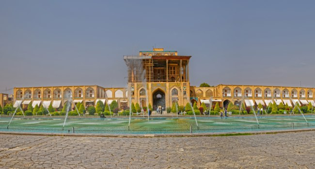 Иран. Исфахан. Дворец Али-Капу на Площади Имама. Panoramic view of the Ali Qapu Palace at the Imam Square. Isfahan. Iran. Фото dbajurin - Depositphotos