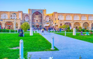 Иран. Большой базар Исфахана. The old Qeysarie Gates with partly preserved decorations located in Naqsh-e Jahan Square in Isfahan. Фото efesenko - Depositphotos