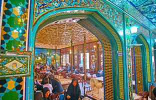 Иран. Рестораны Большого базара Исфахана. The splendid interior of Nagsh-e Jahan Banquet Hall - the traditional Persian restaurant in Isfahan. Фото efesenko-Deposit
