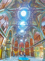 Иран. Большой базар Исфахана. Panorama of stunning Timche-ye Malek hall of Grand Bazaar with light holes in ornate vault in Isfahan. Фото efesenko - Depositphotos