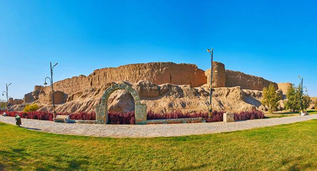 Иран. Кашан. Крепость Джалали. Panorama of historical Ghal'eh Jalali fortress with tall wall, Kashan, Iran. Фото efesenko - Deposit