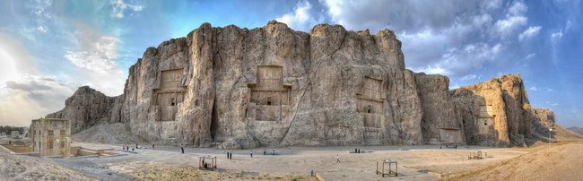 Иран. Накше-Рустам. Naqsh-e Rustam Panorama of the historical four tombs belonging to Achaemenid kings and Cube of Zoroaster panorama view. Фото Hussain Zolfaghary - www.commons.wikimedia.org
