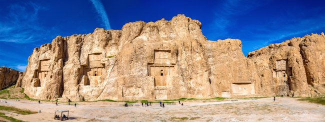 Иран. Накше-Рустам. Ancient tombs of Achaemenid kings at Naqsh-e Rustam in northern Shiraz, Iran. Фото Leonid_Andronov - Depositphotos