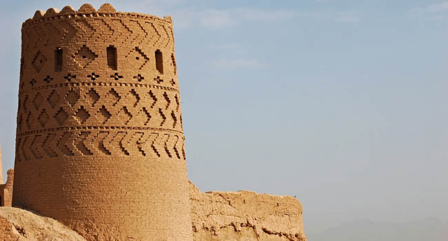 Иран. Крепость Нарин-кала. Tower of the Narin Qal'eh or Narin Castle is a mud-brick fort or castle in the town of Meybod, Iran. Фото LukaKikina-Deposit