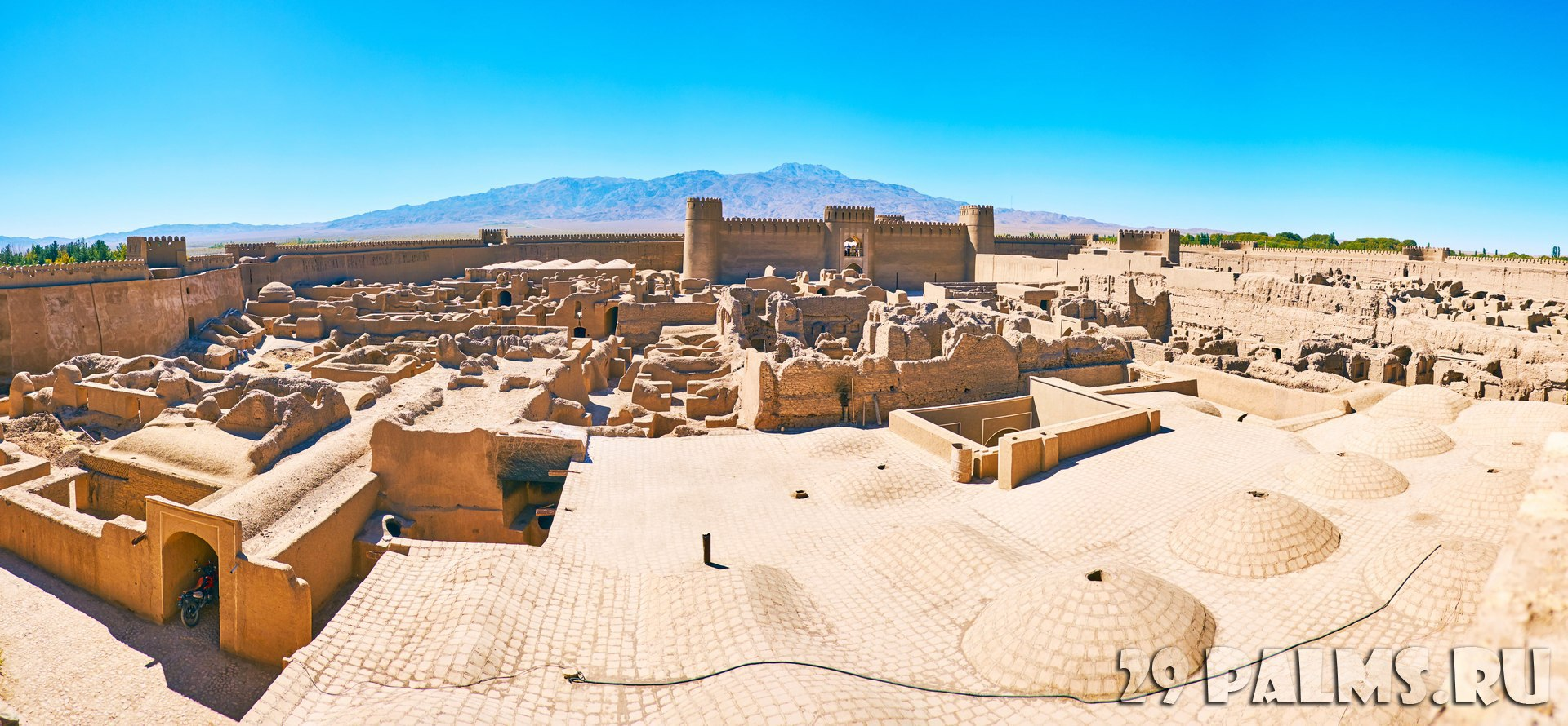 Иран. Крепость Раен. Rayen Castle and Hazar mountain on the background, Rayen, Iran. Фото efesenko - Depositphotos