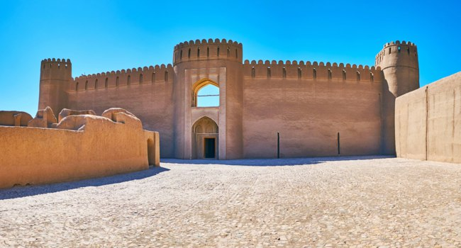 Иран. Крепость Раен. Castle in Arg-e Rayen citadel with circle watchtowers, Iran. Фото efesenko - Depositphotos
