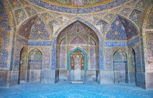 Иран. Исфахан. Мечеть Сейед. Interior of richly decorated Seyed Mosque with masterpiece tiling, relief mihrab in Isfahan. Фото efesenko - Depositphotos