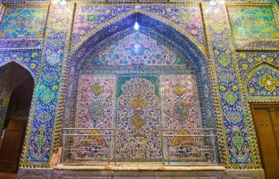 Иран. Исфахан. Мечеть Сейед. The richly decorated entrance passageway of Seyed Mosque with tiled Persian patterns, arched niches in Isfahan. Фото efesenko - Deposit