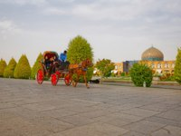 Иран. Исфахан. Мечеть Шейха Лотфоллы. Spring day at the Imam square promenade near mosque in Isfahan Iran. Фото dbajurin - Depositphotos