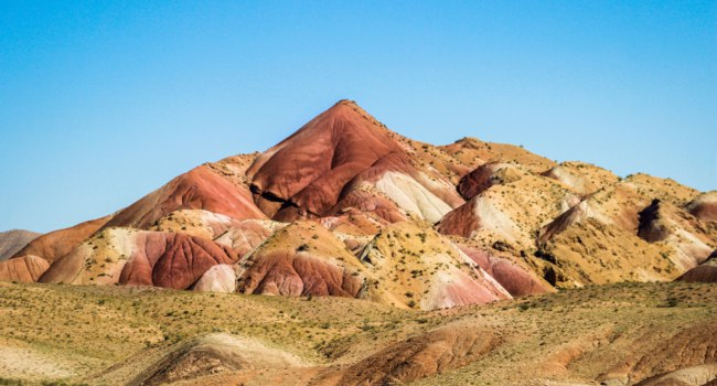 Иран. Тебризские горы. Multi-colored mountains in the vicinity of Tabriz. Unusual wonders of nature Iran. Фото Milva_El - Depositphotos