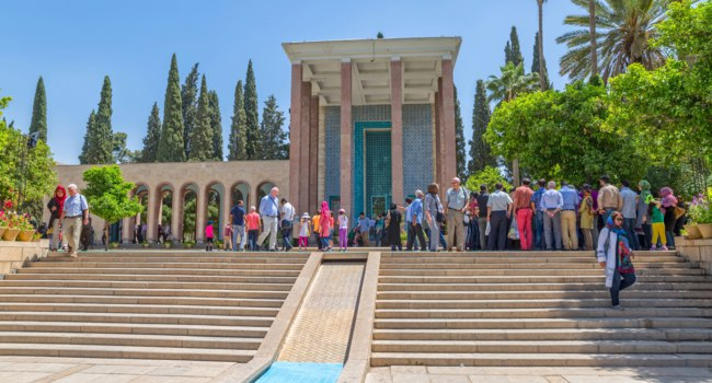 Иран. Шираз. Мавзолей Саади. Iran. Visitors take a tour of the mausoleum of Saadi, known also as the tomb of Sady or Sadiyeh. Фото dbajurin - Depositphotos